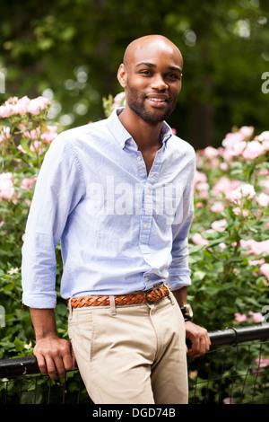 Portrait of young man leaning on les garde-corps en park
