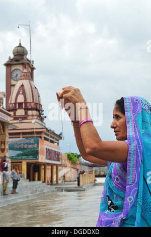 Les prières du matin et baigneurs dans le Gange, Rishikesh, Inde Banque D'Images