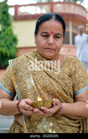 Femme donnant des offrandes à la sainte gange, Rishikesh, Inde Banque D'Images