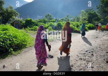Les femmes pèlerin de faire le pèlerinage à Rishikesh, Inde Banque D'Images