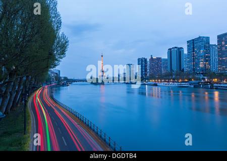Scène de circulation routière avec la Tour Eiffel et de la Seine au crépuscule, Paris France Banque D'Images