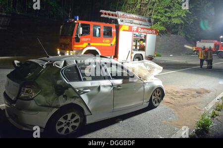 L'épave d'une BMW après un choc frontal, un camion d'incendie à l'arrière, Haslach, Bade-Wurtemberg Banque D'Images