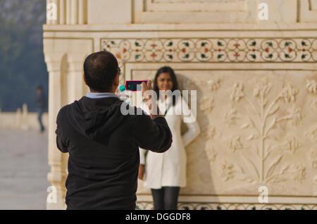Tourisme indien de prendre une photo de son épouse au Taj Mahal, Agra, Inde, Asie Banque D'Images
