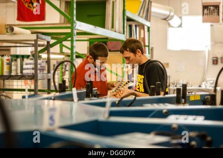 Contrôle des travailleurs dans des couleurs du nuancier screen print workshop Banque D'Images