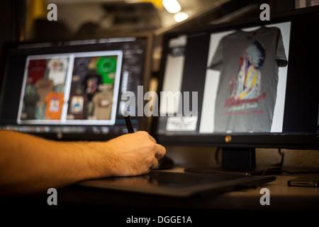 L'homme à l'aide de tablette graphique et stylet pour t-shirt design Banque D'Images