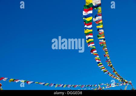 Drapeaux de prière bouddhiste en face de ciel bleu au-dessus de Namche Bazar (3,440 m), la base pour le trekking Banque D'Images