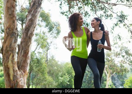 Les jeunes et Mid adult woman walking in park