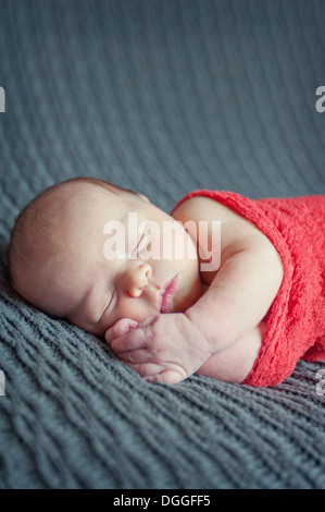 Baby Boy lying on couverture grise, dormir Banque D'Images