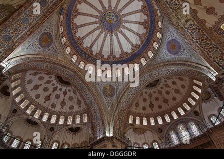 Vue de l'intérieur, plafond voûté, des dômes, la Mosquée Sultan Ahmed, Sultanahmet Camii ou Mosquée Bleue, Sultanahmet Banque D'Images