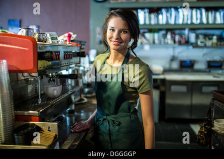 Portrait of teenage waitress in coffee house Banque D'Images