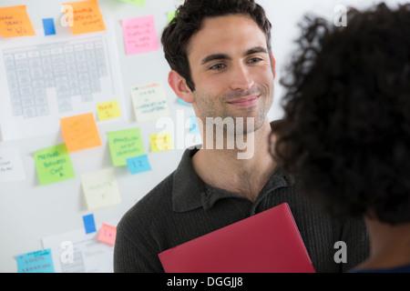 Les hommes et les employés de bureau à discuter