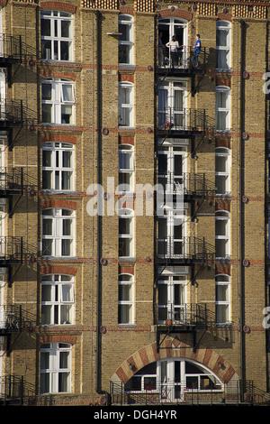 La façade de l'immeuble d'appartements avec balcon, Londres, Angleterre, avril Banque D'Images