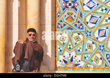 Homme assis à l'intérieur de la Mosquée Hassan II à Casablanca, Maroc, Afrique Banque D'Images