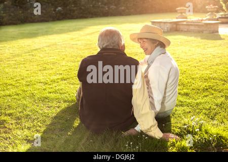 Vue arrière de l'époux et l'épouse de passer du temps ensemble Banque D'Images