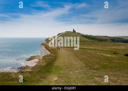 Le South Downs Way Up Beachy Head avec Belle Tout phare dans la distance. Banque D'Images