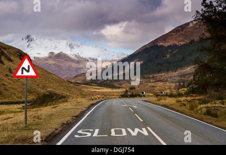 La signalisation routière sur la route sinueuse par Glen Shiel. Banque D'Images