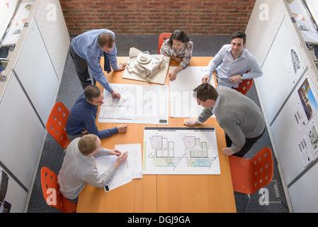 Équipe d'architectes de discuter de projets dans la salle de réunion Banque D'Images