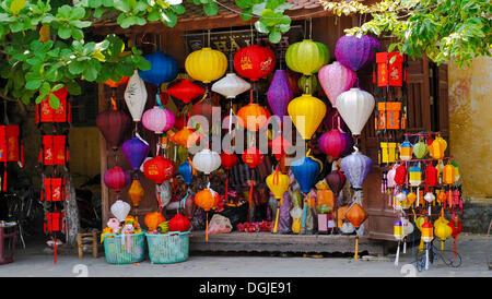 Boutique typique avec des lanternes, Hoi An, Vietnam, Southeast Asia Banque D'Images