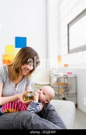 Nourrir bébé mère fils avec une bouteille