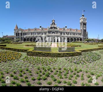 Jardin en face de la gare ferroviaire de Dunedin, Dunedin, île du Sud, Nouvelle-Zélande, Océanie Banque D'Images