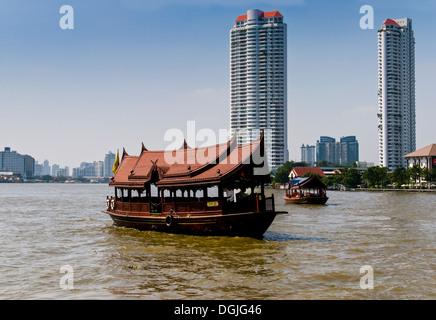 Bateaux touristiques de la voile sur la rivière Chao Praya, à Bangkok. Banque D'Images