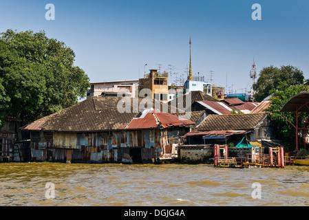 Logement sur les rives de la rivière Chao Praya, à Bangkok en Thaïlande. Banque D'Images