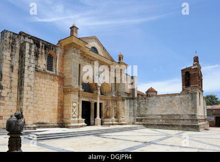 Cathédrale de Santa Maria la Menor, la plus ancienne cathédrale du Nouveau Monde, 1532, statue du Pape Jean Paul II, Santo Domingo