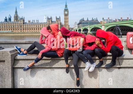 Petit groupe de jeunes effectuant sur mur Banque D'Images