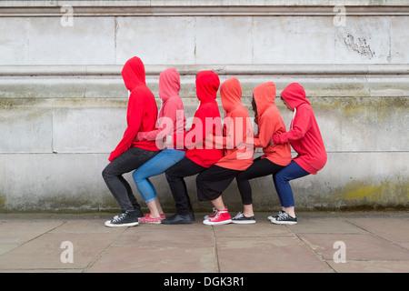 Petit groupe de jeunes effectuant on city street Banque D'Images