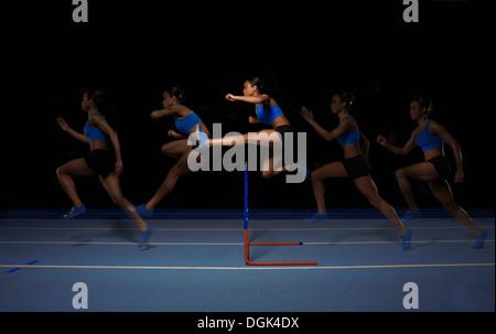 Jeunes femmes athlètes jumping hurdle, une exposition multiple Banque D'Images