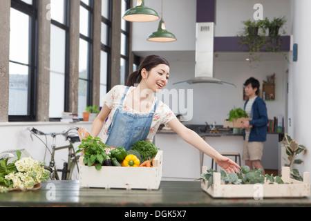 Jeune couple dans la cuisine la préparation des aliments frais Banque D'Images