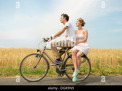 Couple riding bicycle Banque D'Images