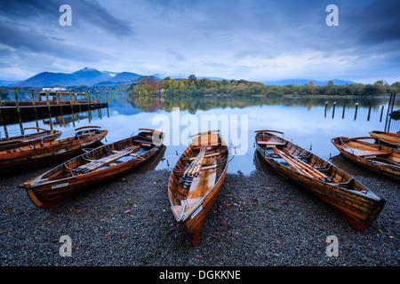 Barques sur la rive du Derwent Water près de Keswick. Banque D'Images