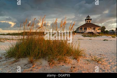 Une vue vers le haut de la plage de Boca Grande à Gasparilla Island dans le sud-ouest de la Floride. Banque D'Images