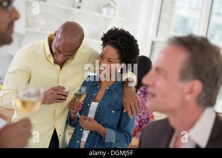 Parti de réseaux informels ou événement. Un homme et une femme, avec une foule autour d'eux. Banque D'Images
