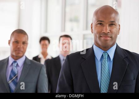 Les gens d'affaires. Une équipe de personnes, d'un service ou d'une entreprise. Trois hommes et une femme. Banque D'Images