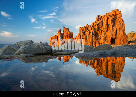 Plage de Rocce Rosse, rochers de porphyre rouge, Arbatax Tortoli, province de l'Ogliastra, Sardaigne, Italie, Europe Banque D'Images