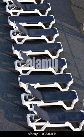 Rangée de chaises vides alignés sur le pont d'un bateau de croisière sur le Rhin, Ruhrort, Duisburg, Ruhr, Rhénanie Banque D'Images