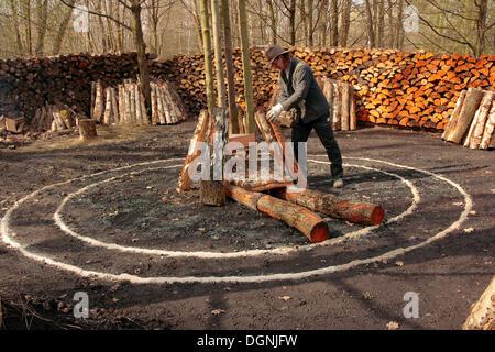 Le charbon de bois four, charburner lancement de la configuration, Waltraud Open Air Museum, Kochel, Taunus, Hesse Banque D'Images