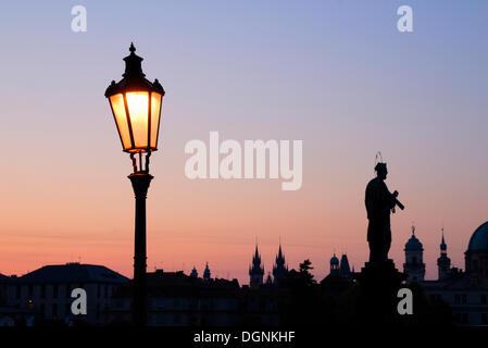 Lanterne sur le pont Charles à l'aube, vieille ville, site du patrimoine mondial de l'UNESCO, Prague, République Banque D'Images