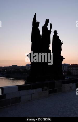 Sur le pont Charles à l'aube, vieille ville, site du patrimoine mondial de l'UNESCO, Prague, République Tchèque, Banque D'Images