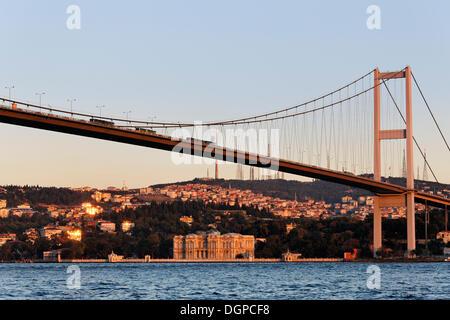 Pont du Bosphore avec le Palais Beylerbeyi, Beylerbeyi Sarayi, sur la rive asiatique, Istanbul, Turquie, Europe, Banque D'Images
