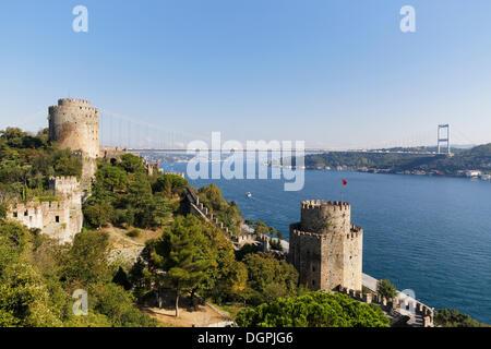 La forteresse européenne de Rumelihisarı ou Rumelian Château avec Tour Saruca Pasa et Halil Pasa Tower, pont Fatih Banque D'Images