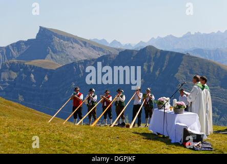 Masse de montagne au cours d'une réunion de joueurs de cor des alpes, Diedamskopf, Schoppernau, Bregenzerwald, Forêt Banque D'Images