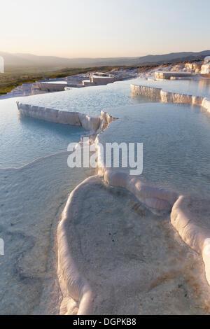 Terrasses en travertin à Pamukkale, Pamukkale, province de Denizli, Région de l'Egée, la Turquie Banque D'Images