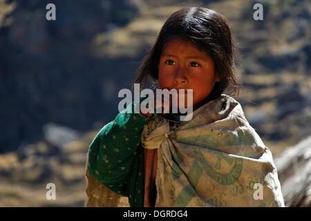 Pauvre fille des peuples autochtones vêtus de haillons, portrait, près de Cusco, les Andes, le Pérou, Amérique du Banque D'Images