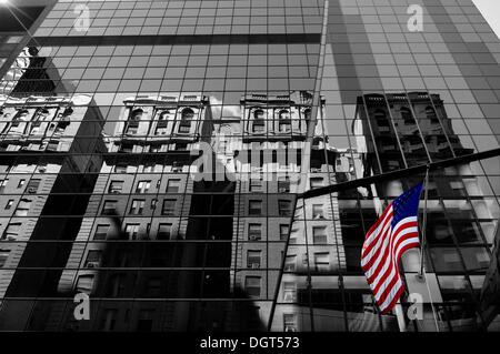 Les maisons sont reflétées dans la façade en verre d'un gratte-ciel, avec un drapeau des États-Unis, New York City, Banque D'Images