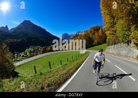 Cycliste à cheval le long de la Hochalpenstrasse, haute route alpine un entre Bischofswiesen et Berchtesgaden, Haute Banque D'Images