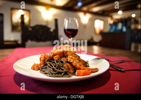 L'encre de seiche spaghetti aux crevettes, Venise, Italie. Banque D'Images