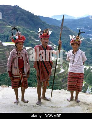 Les gens d'Ifugao, membres d'un groupe ethnique portant des costumes traditionnels, les terrasses de riz de Banaue, Banque D'Images